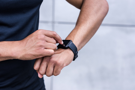 Foto per sportsman using smartwatch - Immagine Royalty Free