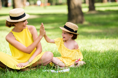Foto de mother and daughter playing in park - Imagen libre de derechos