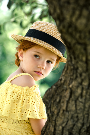 Foto de pensive girl in straw hat - Imagen libre de derechos