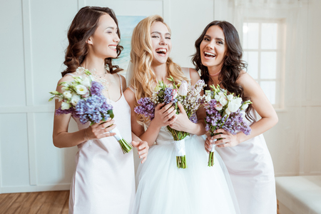 Photo pour laughing bride with bridesmaids - image libre de droit