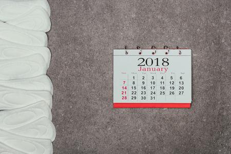 Photo pour top view of arranged menstrual pads and calendar - image libre de droit