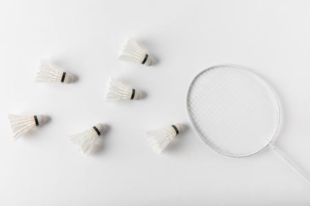 Photo pour badminton shuttlecocks and racket on white surface - image libre de droit