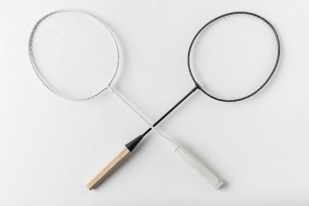 Photo pour crossed badminton rackets on white surface - image libre de droit