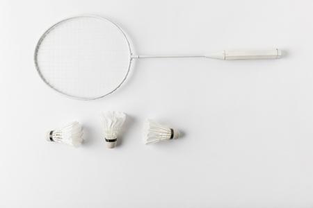 Photo pour badminton racket with suttercocks in row on white surface - image libre de droit