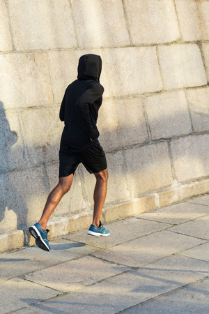 Photo pour sportsman running at wall - image libre de droit