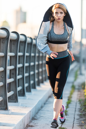 Photo pour attractive running sportswoman - image libre de droit