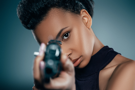 Photo pour african american girl with rifle - image libre de droit