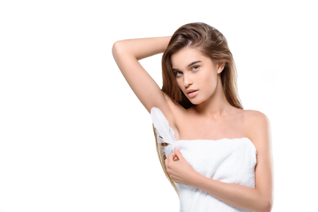 Photo pour woman touching armpit with feather - image libre de droit