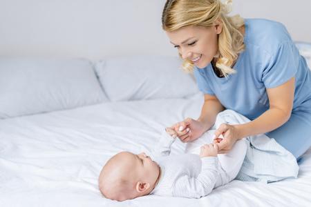Foto für mother holding babys hands - Lizenzfreies Bild