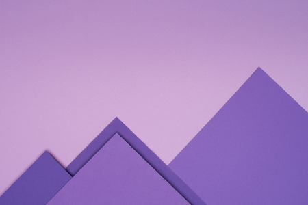 Photo pour purple paper mountains on light violet background - image libre de droit