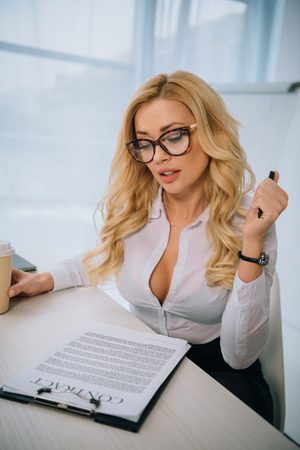 Photo pour sexy businesswoman reading working contract - image libre de droit