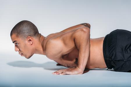 Photo pour african american sportive man doing push up - image libre de droit