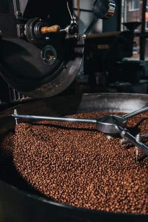 Foto de Roasting coffee beans in industrial coffee roaster - Imagen libre de derechos