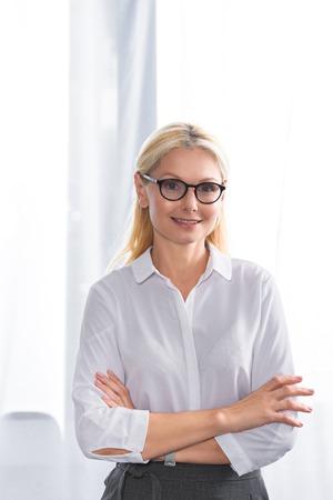 Foto de portrait of female therapist in eyeglasses with crossed hands - Imagen libre de derechos