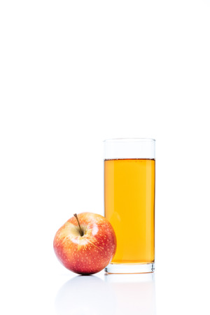 Foto de close up view of glass of apple juice and fresh apple isolated on white - Imagen libre de derechos
