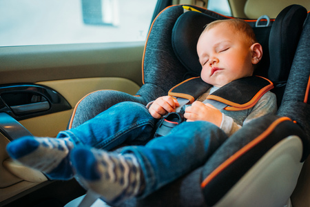 Photo pour cute little baby sleeping in child safety seat in car - image libre de droit