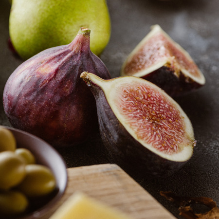 Photo pour close up view of fresh figs arranged on tabletop - image libre de droit