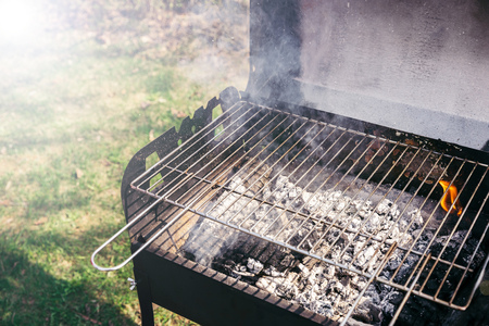 Photo pour Grill with burning coals ready for barbecue outdoors - image libre de droit