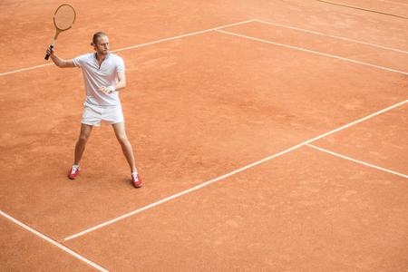 Photo pour retro styled tennis player with racket on tennis court - image libre de droit