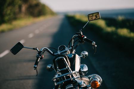 Foto de cruiser motorbike standing on empty road - Imagen libre de derechos