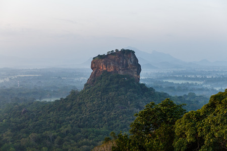 Photo pour beautiful scenic view of mountains covered with green plants, sri lanka, sigiriya - image libre de droit