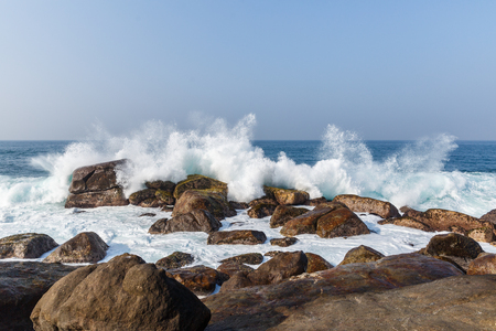 Photo pour scenic view of ocean waves washing into rocks, sri lanka, mirissa - image libre de droit
