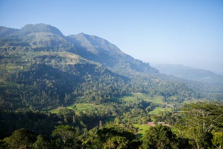 Photo pour beautiful scenic view of mountains and clear blue sky, sri lanka, nuwara eliya - image libre de droit