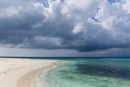 Photo pour scenic view of coastline and dark cloudy sky, maldives, thoddoo - image libre de droit