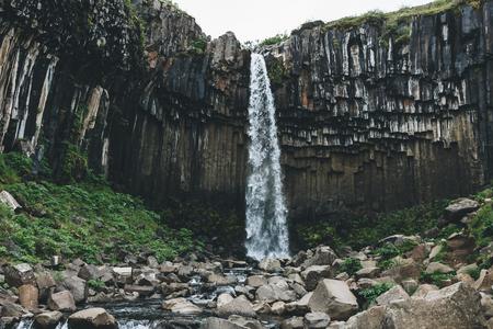 Foto de scenic view of Svartifoss (Black fall) waterfall in Iceland - Imagen libre de derechos