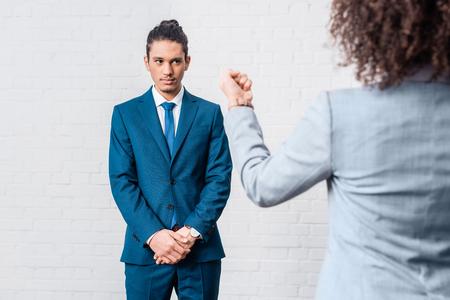 Foto de Bossy businesswoman threatening her male coworker - Imagen libre de derechos