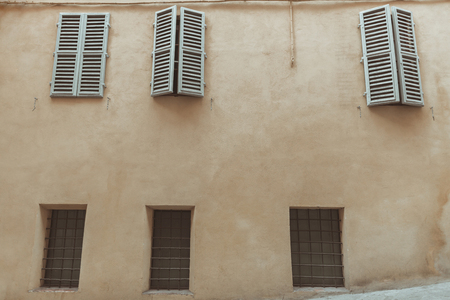 Foto per Windows with shutters of Sienna old building - Immagine Royalty Free