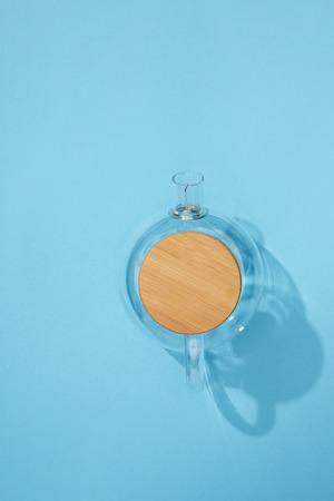 Foto de Top view of empty glass teapot on blue background - Imagen libre de derechos