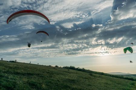 Foto de Mountainous landscape with paratroopers flying in the sky, Crimea, Ukraine, May 2013 - Imagen libre de derechos