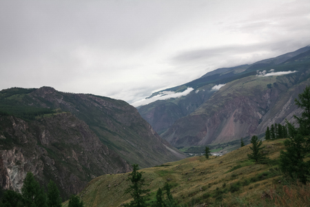 Photo pour Panoramic view of majestic mountains and cloudy sky, Altai, Russia - image libre de droit
