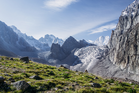 Photo pour Beautiful landscape with green vegetation and snow capped rocky mountains, Kyrgyzstan, Ala Archa - image libre de droit