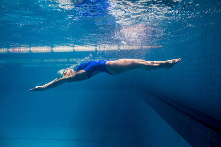 Photo pour underwater picture of young female swimmer exercising in swimming pool - image libre de droit
