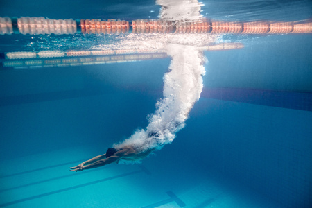 Photo pour underwater picture of male swimmer swimming i swimming pool - image libre de droit