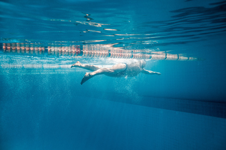 Photo pour underwater picture of male swimmer swimming i swimming pool - image libre de droit