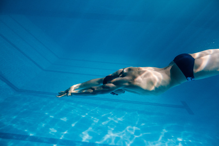 Photo pour underwater picture of young swimmer in goggles exercising in swimming pool - image libre de droit
