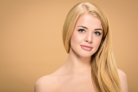 Photo pour Studio shot of pretty young woman with straight hairstyle - image libre de droit
