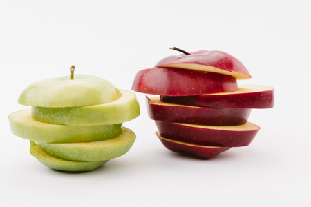 Foto de sliced golden and red delicious apples on white background - Imagen libre de derechos