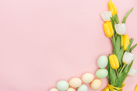 Photo pour top view of tulips and pastel easter eggs isolated on pink - image libre de droit