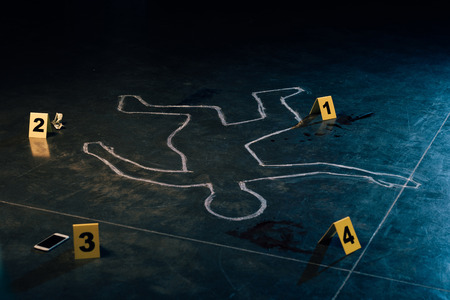 Photo pour chalk outline and evidence markers at crime scene - image libre de droit