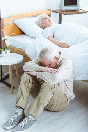 Foto de sad senior man and senior woman in coma in hospital - Imagen libre de derechos