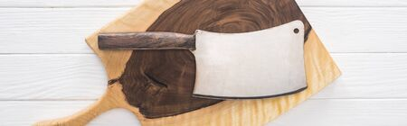 Foto de panoramic shot of wooden chopping board and meat chopper - Imagen libre de derechos