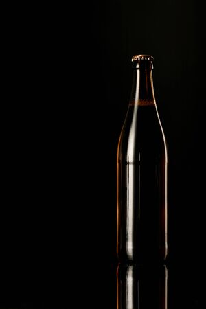 Foto de glass bottle of beer isolated on black - Imagen libre de derechos