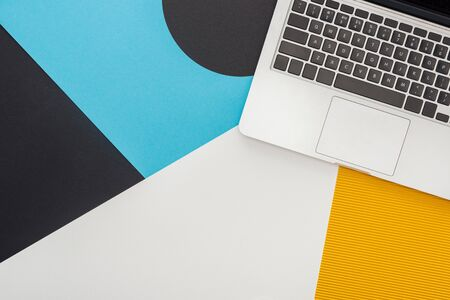 Foto de top view of laptop on abstract geometric background - Imagen libre de derechos