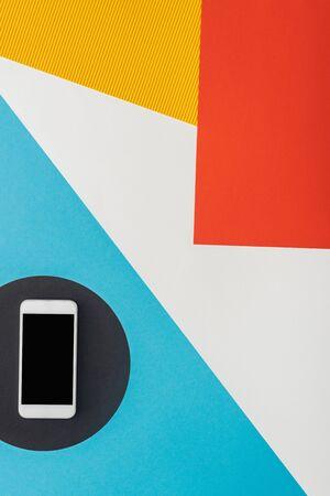 Foto de top view of smartphone with blank screen on abstract geometric background - Imagen libre de derechos