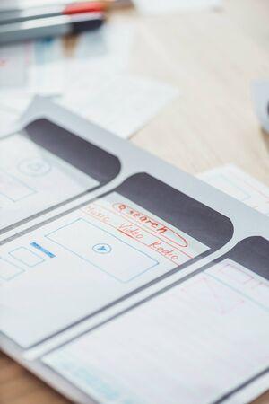 Foto de Selective focus of ui planning for mobile app on wooden table - Imagen libre de derechos