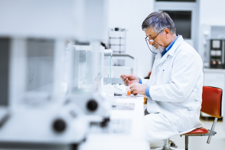 Foto de Senior male researcher carrying out scientific research in a lab   - Imagen libre de derechos